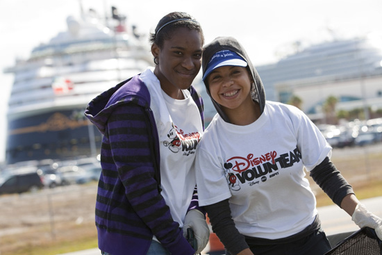 Disney VoluntEARS Help Clean the Coastline