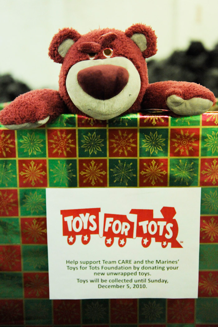 Disney Toys For Tots : Disney cast members collect toys for children in