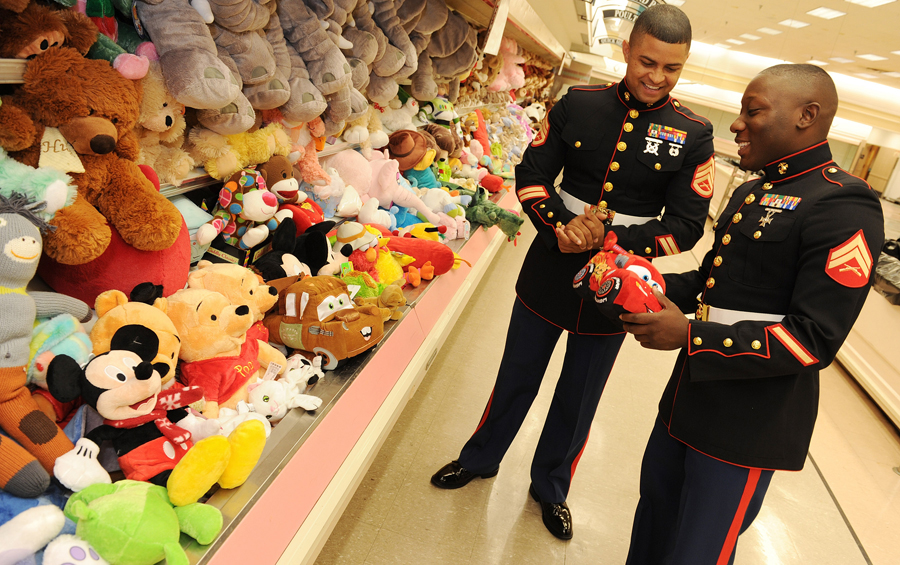Disney Toys For Tots : Disney voluntears donate toys to families in need