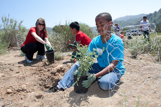 Boys &#038; Girls Clubs in Orange County, Calif., Plant First of Five Magic of Healthy Living Gardens, Sponsored by the Disneyland Resort