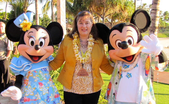 Walt Disney World Moms Panelist Jill Cooper with Mickey and Minnie Mouse at Aulani, a Disney Resort &#038; Spa