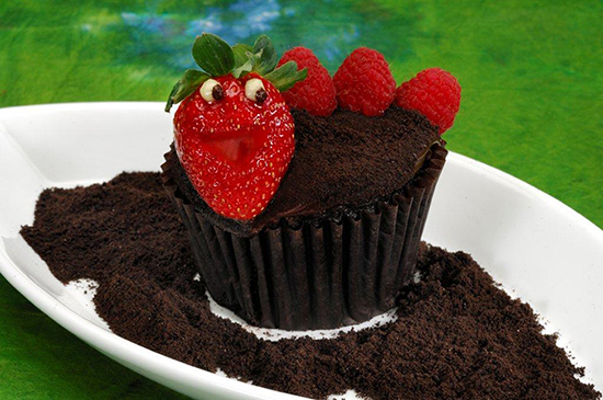 Chocolate Worms &#038; Dirt Cupcake Featuring an Adorable Little Worm Made with a Strawberry and Fresh Raspberries