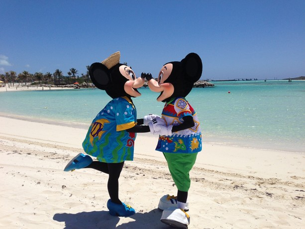 Mickey-Minnie-Kissing-Castaway