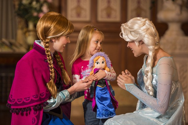 'Frozen' Anna & Elsa Arrive at Princess Fairytale Hall Today