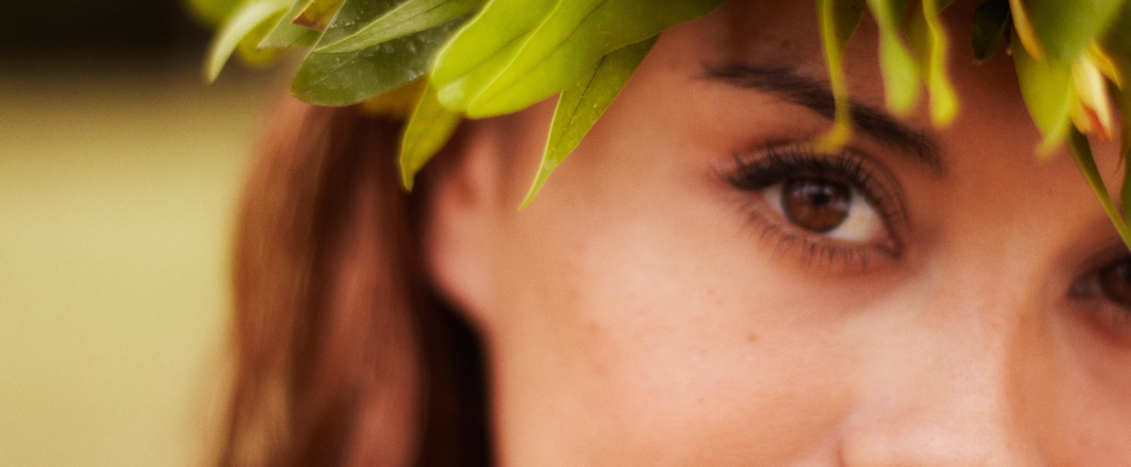 伝統的なヘッドピースを着けたハワイの女性