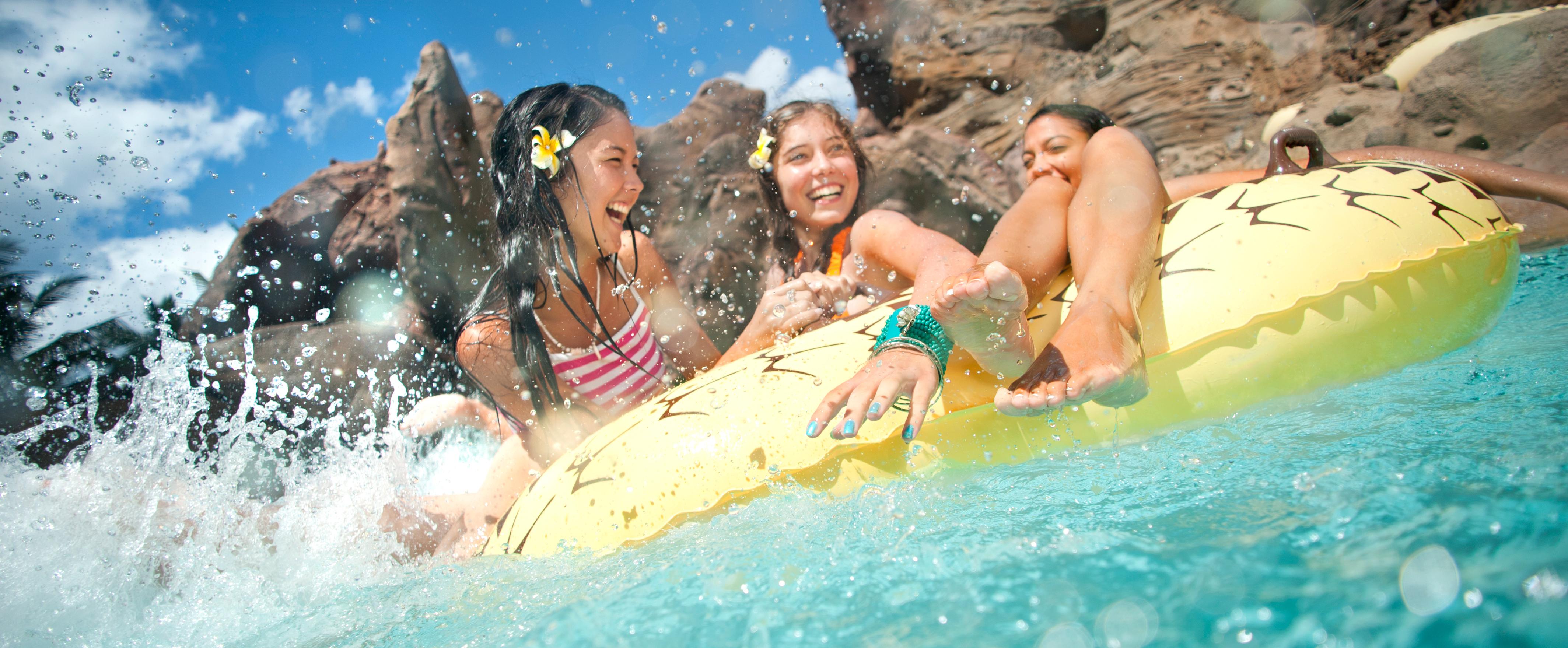 アウラニのプールエリアで浮き輪に乗って浮かぶ少女たち