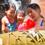 アウラニのワイコロヘ・ストリームで、浮き輪でチューブ下りを楽しむ笑顔の母親と 2 人の女の子